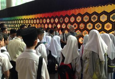 Les étudiants considèrent la courtepointe en Malaisie